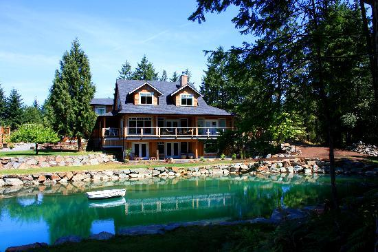 Stone Wood Bed and Breakfast: House from behind Pond