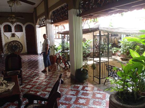 Hotel Los Balcones De Leon: Hotel inner court yard