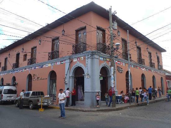 Hotel Los Balcones De Leon : Corner view hotel