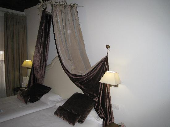 le lit surmonté d'un dais - photo de hotel san antonio el real