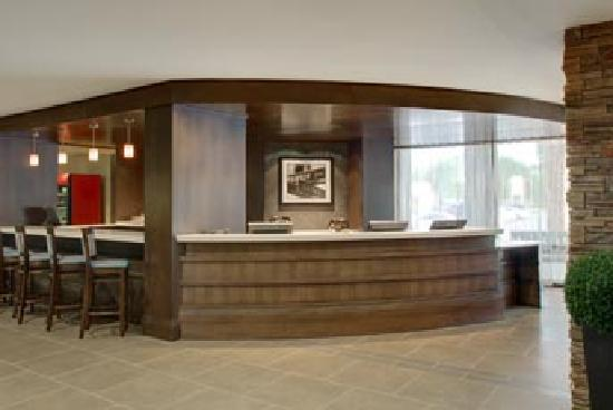 Four Points by Sheraton Niagara Falls: Front Desk