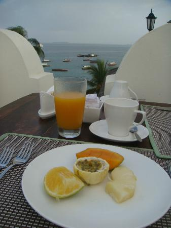 The Seyyida Hotel & Spa: Starters for breakfast - fresh mango juice - and the view !