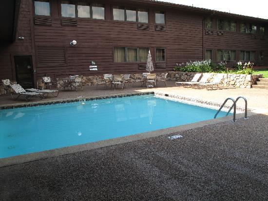 Quality Inn & Suites: Salzwasserpool Innenhof