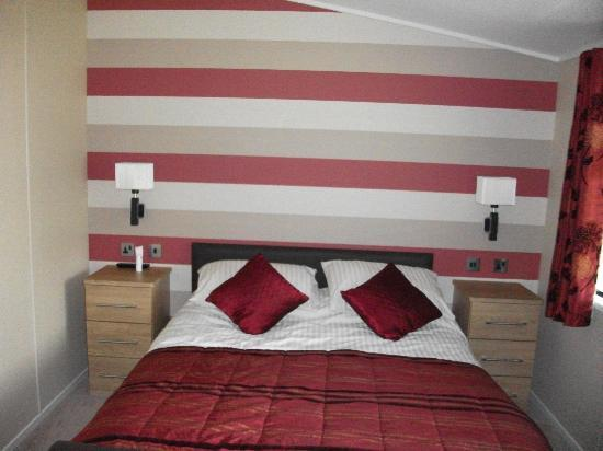 Drimsynie Estate Holiday Village: Albatross master bedroom