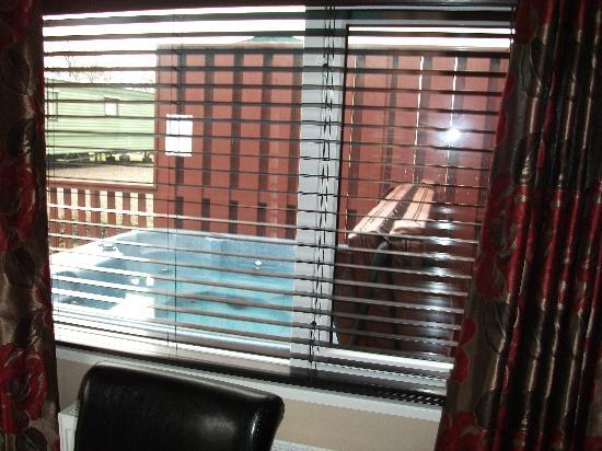 Drimsynie Estate Holiday Village: Albatross hot tub from dining area