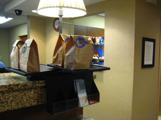 Hampton Inn Anchorage: Breakfast bags!