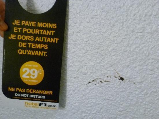 hotelF1 Caen est Mondeville : Et enfin, la photo la plus nette des selles, et prouvant le lieu, à savoir le F1.