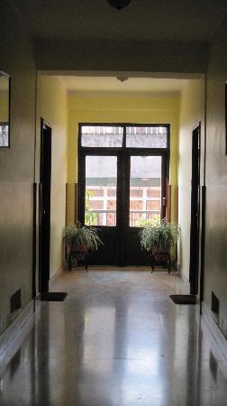 Hotel Excelsior: squeaky clean corridor