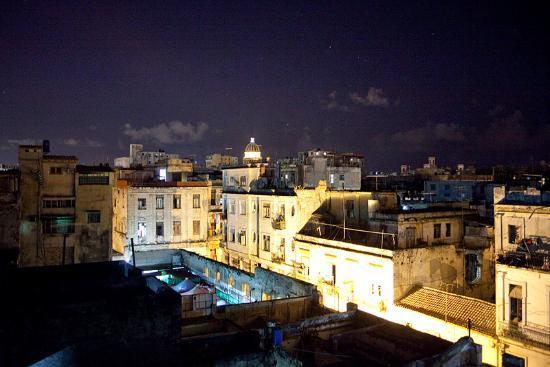 La Casa De La Calle Luz Bed & Breakfast : view from terrace of beautiful old Havana and Capitol building
