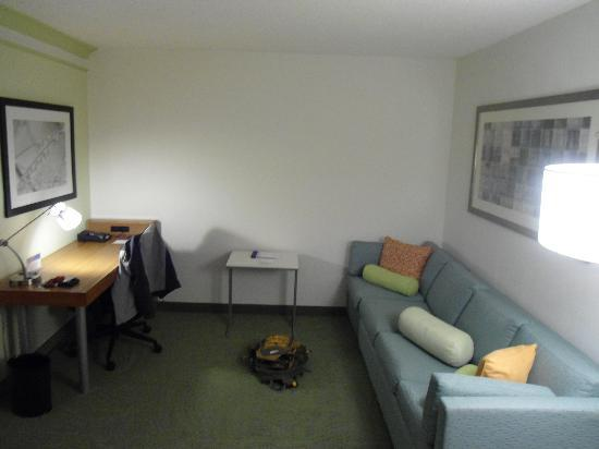 SpringHill Suites Lynchburg: Desk and sofa