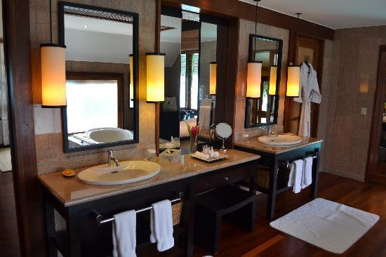 The St. Regis Bora Bora Resort: bathroom