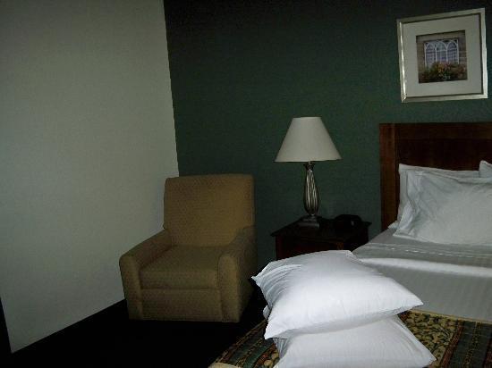 Sonesta ES Suites Burlington: Downstairs Bedroom
