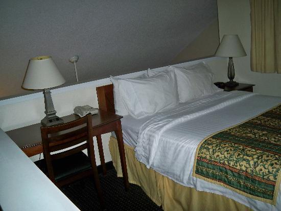 Sonesta ES Suites Burlington: Loft Bedroom