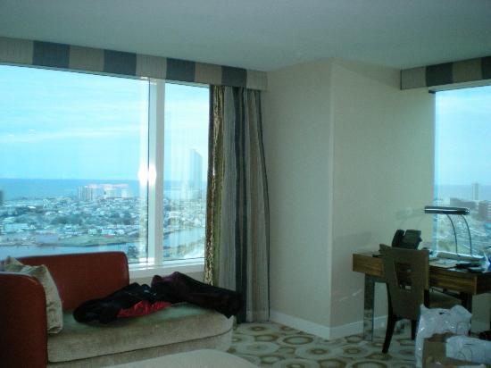 ذا واتر كلوب: Cornor Window