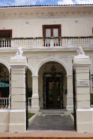 La Perla Hotel: Front of Hotel