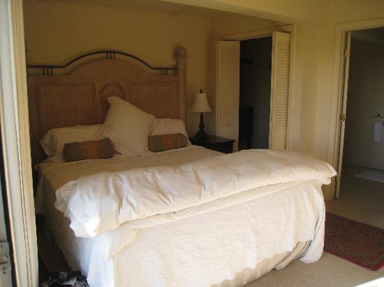 Sandpiper House Inn : Headlands room bed