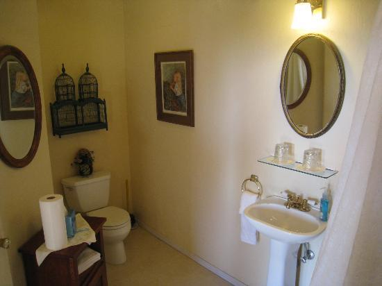 Sandpiper House Inn: Headlands bathroom