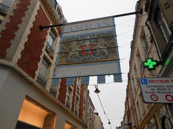 Holiday Inn Express Arras: Entry way into Arras shopping area