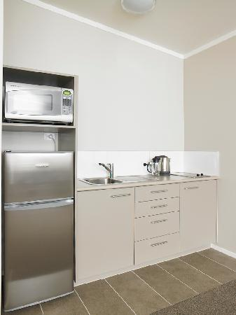 Argent Motor Lodge: One & Two Bedroom Apartment Kitchen