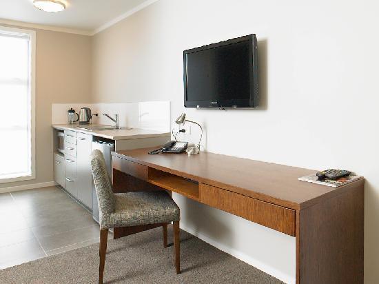 Argent Motor Lodge: King & Super King Studio Apartment Kitchen & Workstation