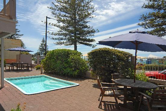 Edgewater Motor Lodge : Salt water plunge pool, BBQ & patio