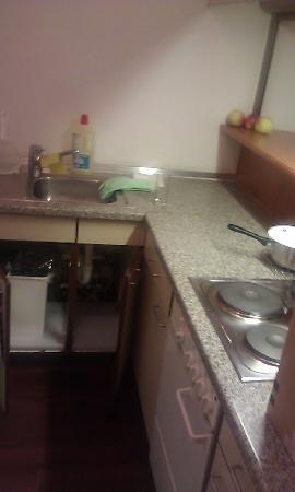 Derag Livinghotel Appartements Johann Wolfgang: old,tired kitchenett