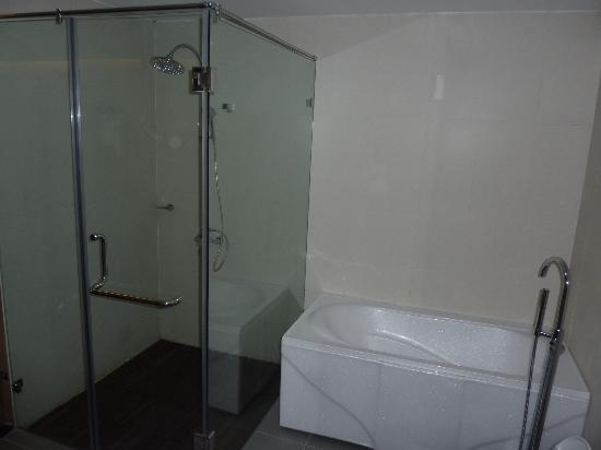 Rising Dragon Cathedral Hotel: salle de bain honeymoon suite