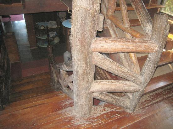 Papau Bhuka: Nice large rustic staircase in the hotel