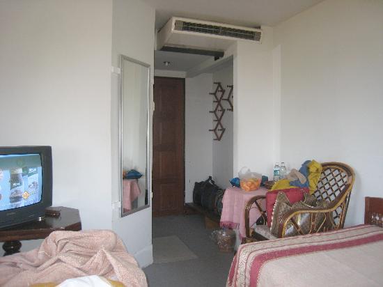 Papau Bhuka: Rest of our bedroom, bathroom is by the door