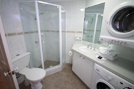 Manor Apartment Hotel: Apartment Bathroom