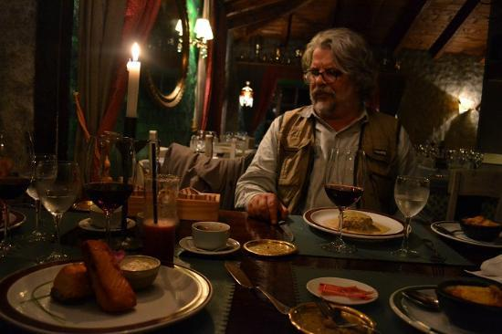 KANDAHAR Restaurante: O autor, aproveitando-se da distração momentânea dos demais convivas, pondera roubar um pedaço d