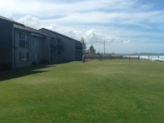 Lennox Head, Australia: Plenty of Room for Kids to kick a ball or sunbake.
