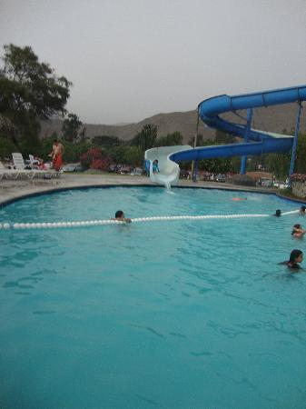 Foto de el pueblo resort convention center lima for Tobogan piscina