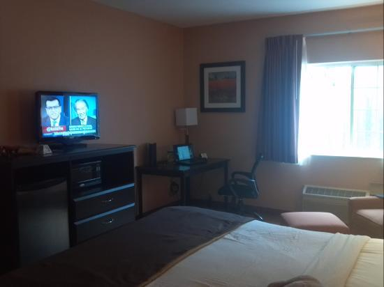 Best Western Topeka Inn & Suites: Awesome room with King Size bed.