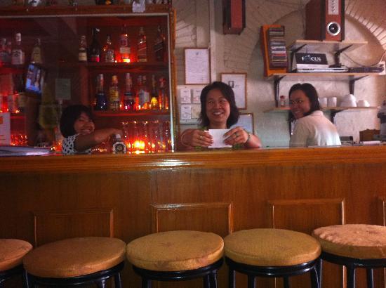 Karon Sunshine Guesthouse, Bar & Restaurant: Muk, Uha and Tai make all the good food to us guests