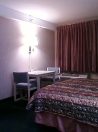 Comfort Inn & Suites Rocklin: table in room
