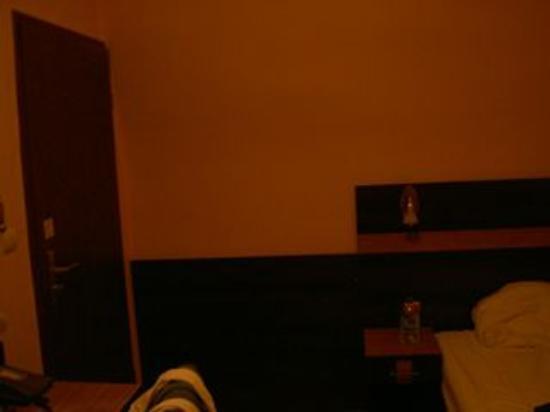 Hotel Elbe: 入り口入ってすぐにベッド。