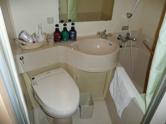 YamagataN Nanukamachi Washington Hotel: トイレと浴槽.浴槽の広さはマァマァ