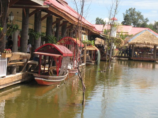 Hua Hin Sam Phan Nam Floating Market: Some of the many 'boat' stalls, mainly selling food