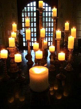 The Oberoi Udaivilas: candles on center table