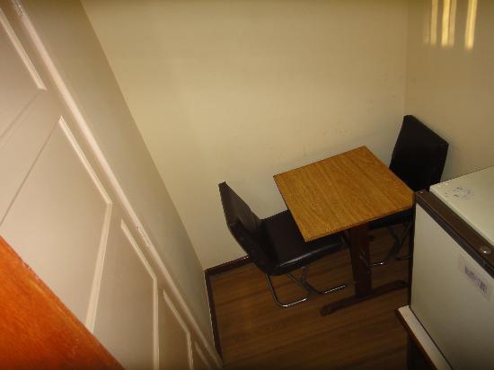 Hotel Americano: стол у входа