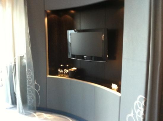 W Doha Hotel & Residences: TV