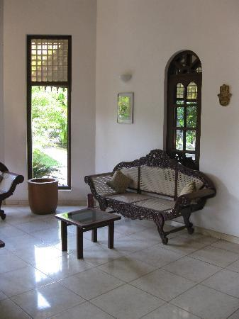 Villa Ranmenika: Carved wooden sofa made by craftsmen from Ahungalla.       from Ahungalla.