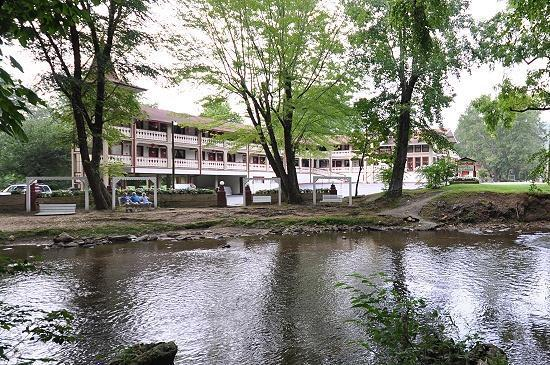 Riverbend Motel & Cabins: view of the motel