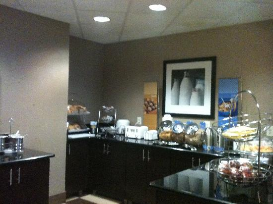 Hampton Inn Ft. Myers - Airport I-75: Newly enhanced Breakfast Area