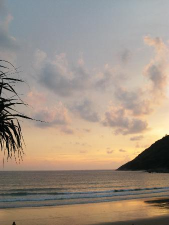 Nai Harn Beach: Great with a couple of beers :)