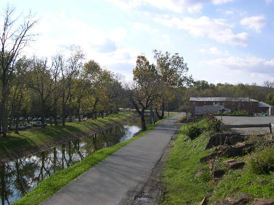 Riverrun Bed & Breakfast: View of the canal from the Riverrun deck