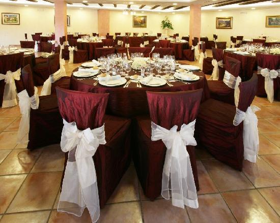 Mas Romeu Restaurante: Manteleria granate, para un toque elegante