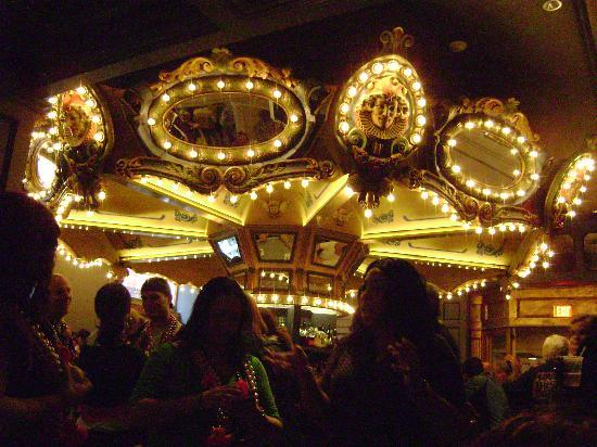 Hotel Monteleone: The Carousel Bar was hopping during Mardi Gras