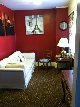New Perry Hotel: sitting suite room with balcony